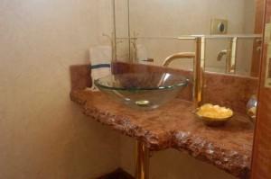 Pia de banheiro de mármore rústico