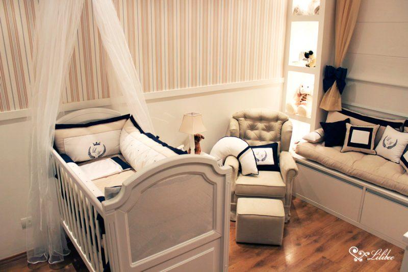 Quarto de bebê em tons de bege - o bege é uma cor que assenta bem quando os móveis do quartinho são em madeira ou tons de marrom. É possível combinar a decoração de quartos com adesivos e com paredes listradas como na imagem, além, de ser uma cor unissex.