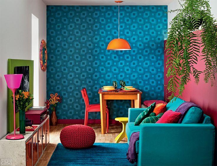 Sala colorida com móveis