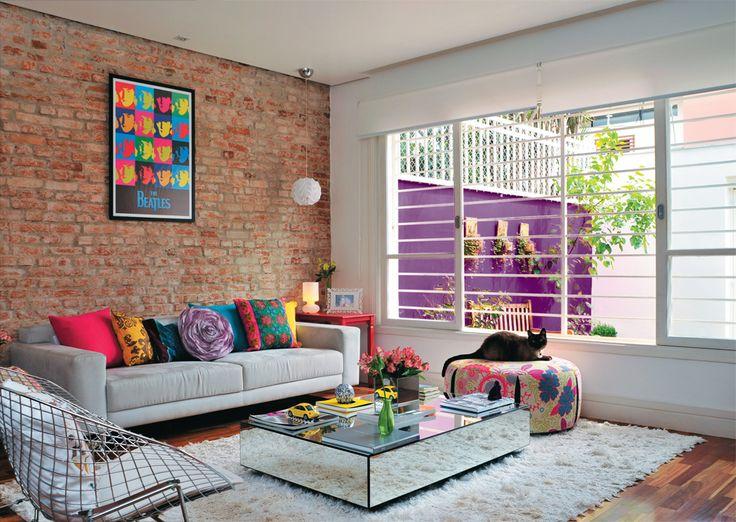 Sala decorada cheia de estilo estilo com móveis coloridos