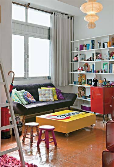 Sala pequena decorada com mesa de centro