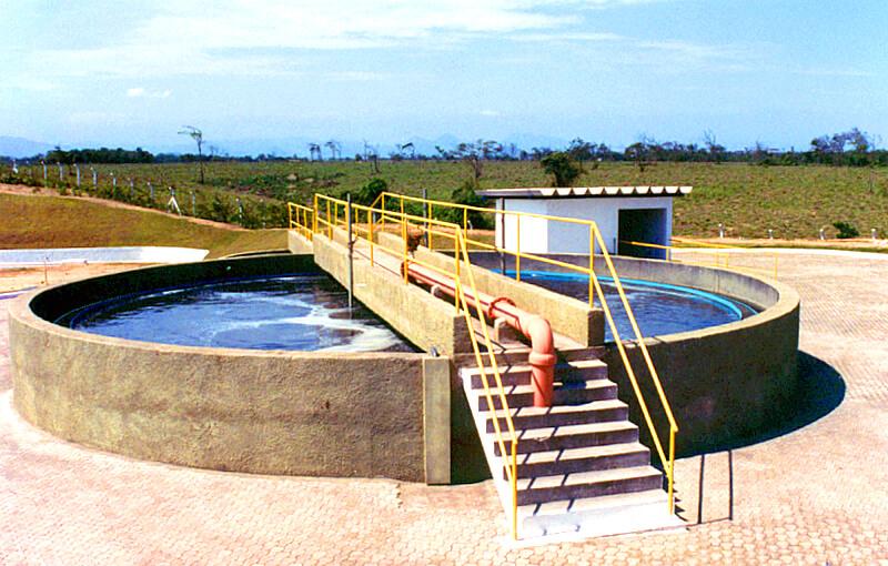 Tanque onde ocorre o tratamento de esgoto em uma estação