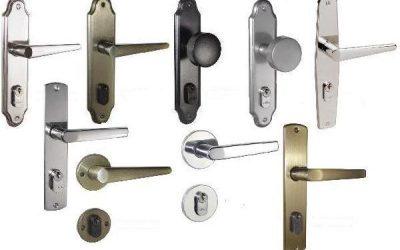 Diferentes tipos de trincos e fechaduras expostos lado-a-lado