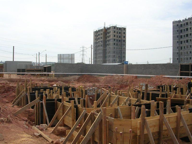 alocação de fundações e baldrames que ligarão os pontos nos quais estão os blocos de fundação.