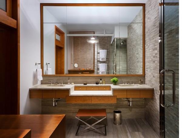 Espelho em banheiro pequeno