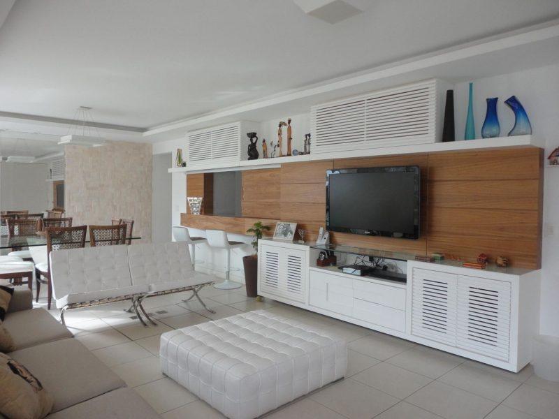 Poltrona Barcelona feita em couro branco, para combinar com decorações que usam muito cores claras, e minimalistas