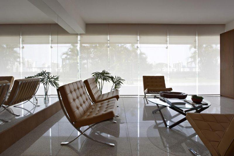 Cadeira Barcelona marrom, ideal para compor decorações de ambientes que usam revestimentos de madeira e cores brutas.