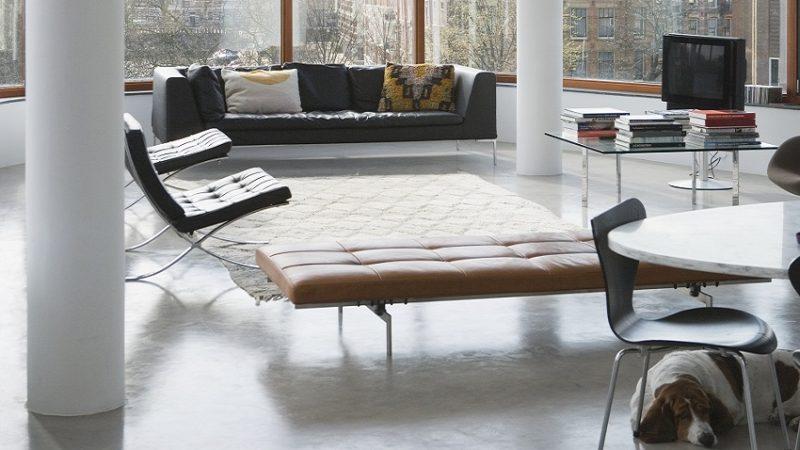 Decoração de sala com poltrona barcelona, denotando a atemporalidade do móvel.