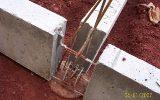 Vigas baldrame pré moldadas, serão solidarizadas com a concretagem de um pilar sobre a fundação.