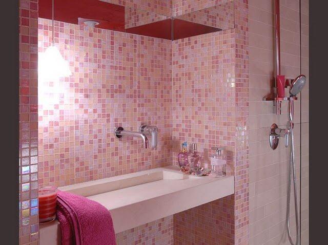 Banheiros com pastilhas rosa