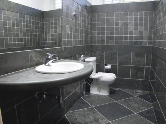 banheiro com revestimento em ardósia