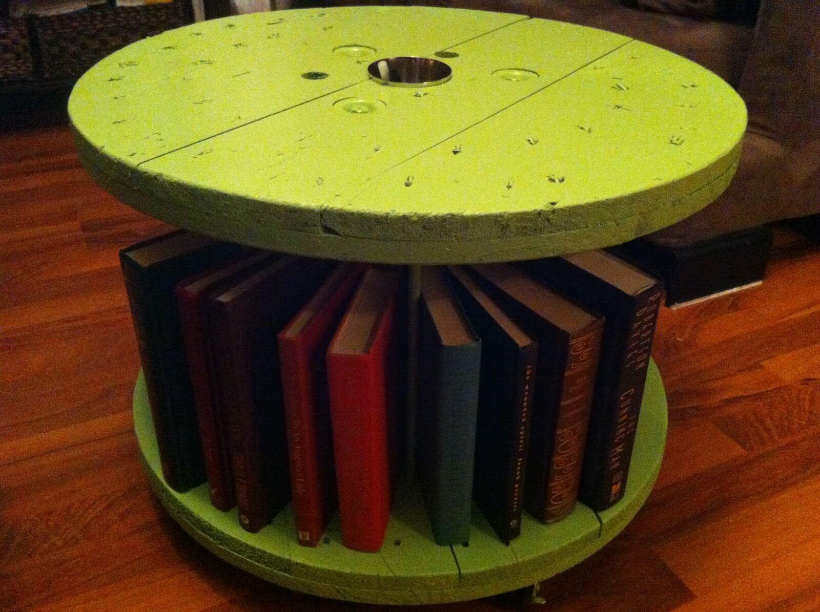 Carretel de madeira porta livros