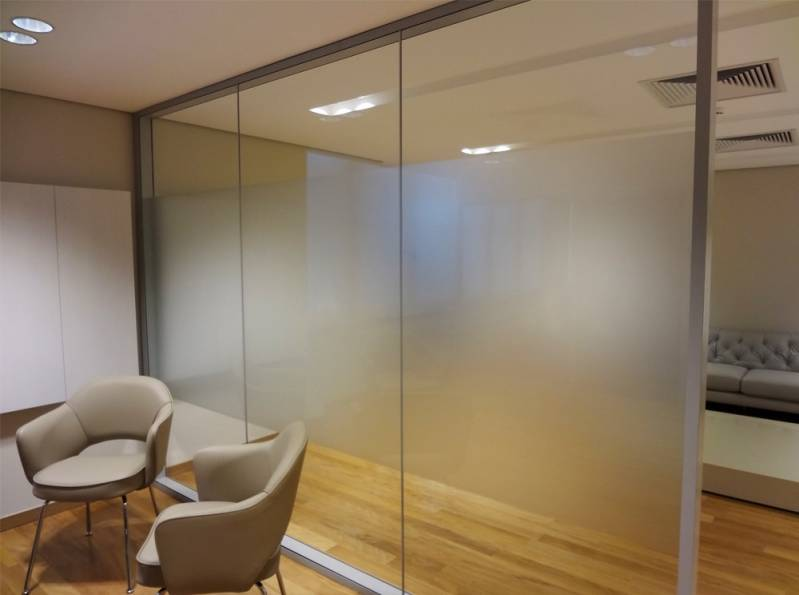 Divisória de sala de reuniões em vidro jateado