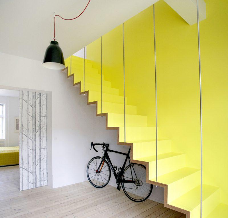 O esquema de cores pode ser aplicado também na parede e não necessariamente na escada de concreto