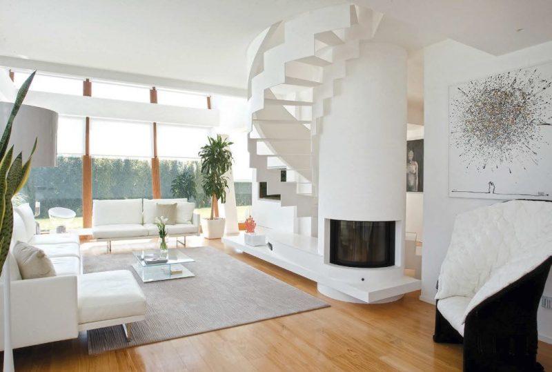 Escada caracol branca contrastando com o resto do ambiente, sem corrimão