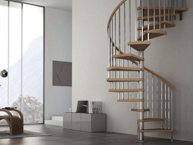 Essa escada é bastante popular em solução de economia de espaço. Esta foi produzida por Albini & Fontanot. O modelo possui um corrimão de madeira sólida e com balaústres de aço