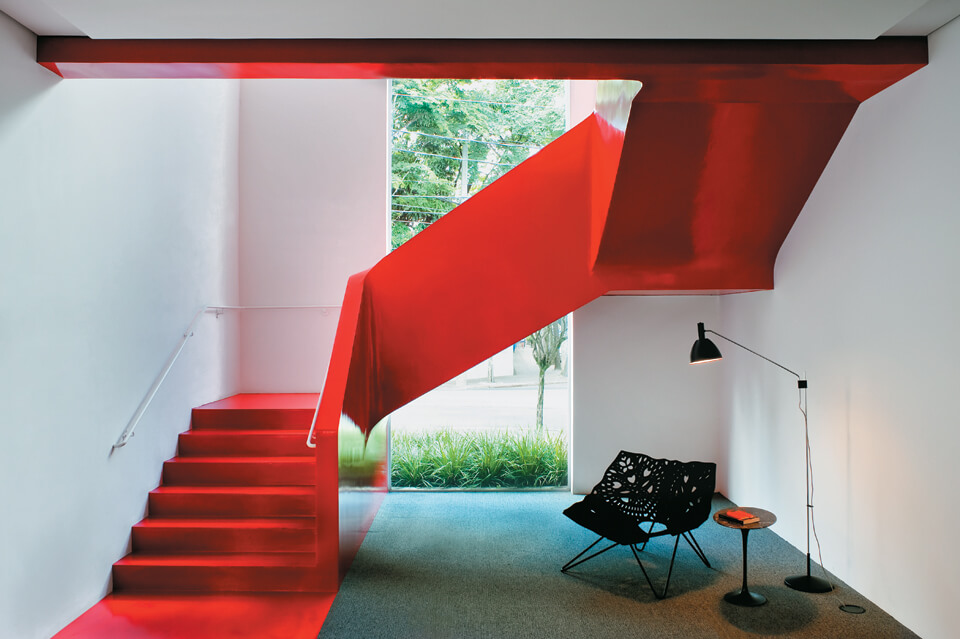 escadas de concreto vermelhas