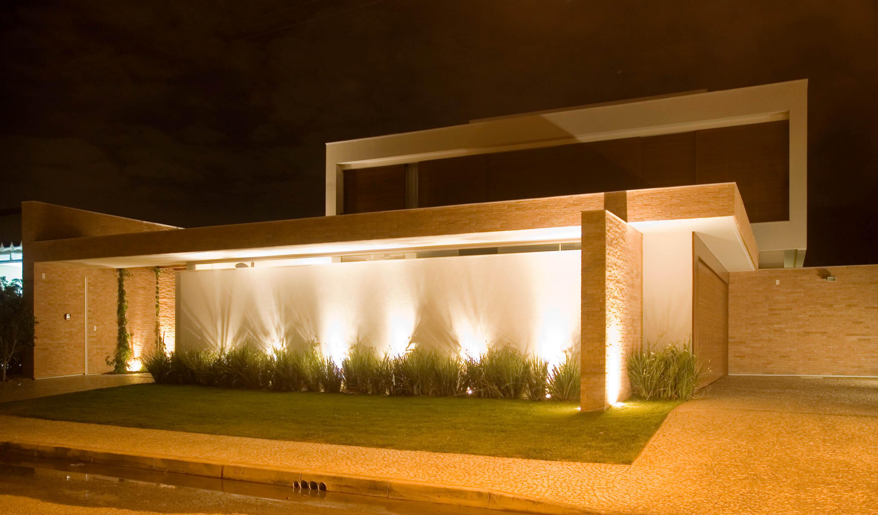 Muro integrado à fachada de projeto residencial