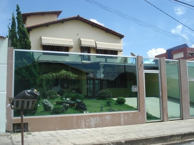 Fachada de muro de vidro: segurança sem perder as visuais do terreno