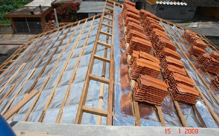 manta aluminizada sob o telhado