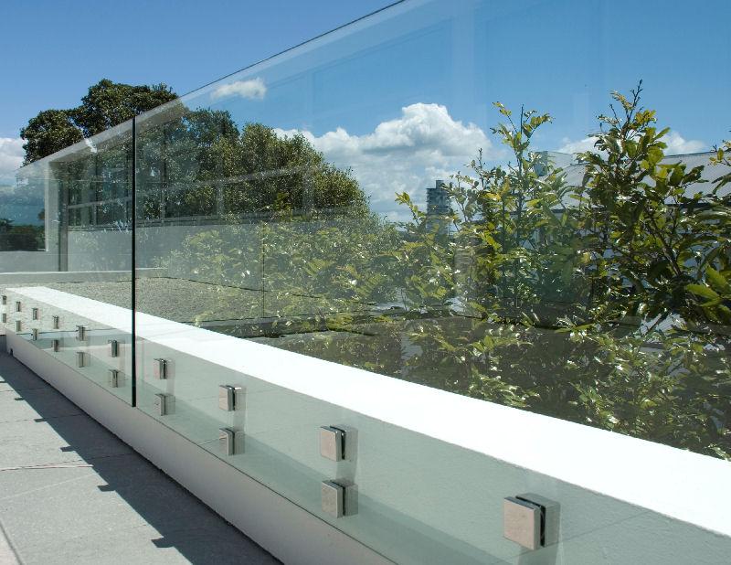Muro com guarda corpo de vidro