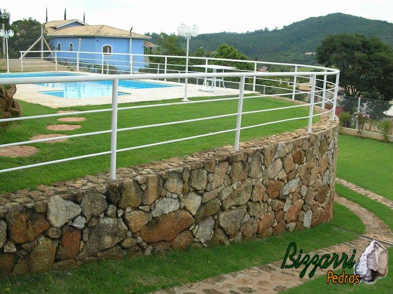 Muro de pedra de arrimo para jardim residencial