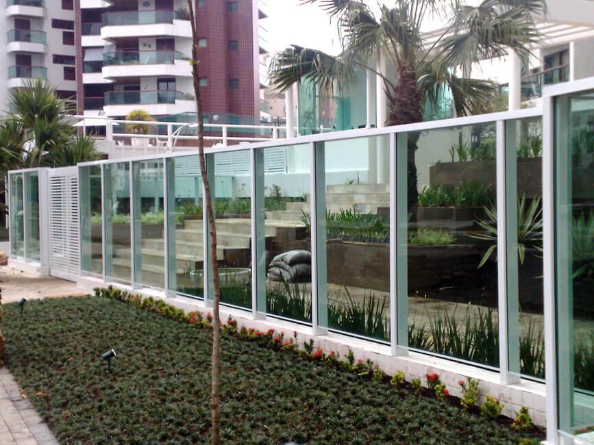 Condomínio com muro de vidro