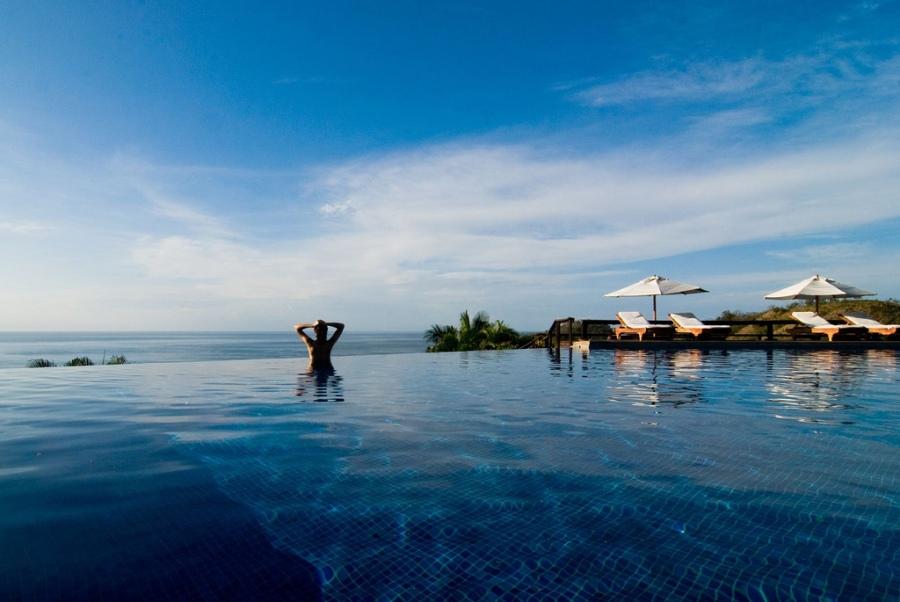 Piscina infinita na Costa Rica de frente para o mar