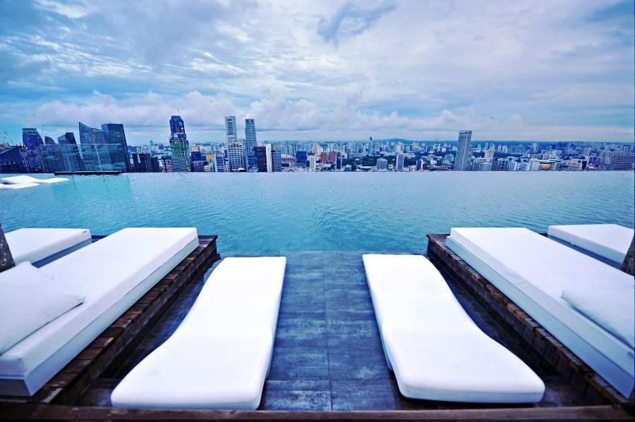 Hotel Marina Bay localizado em Singapura, a piscina fica no térreo do hotel