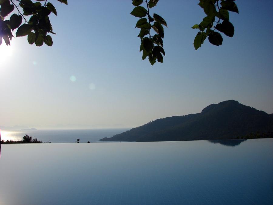 Piscina na Turquia com visão para o morro