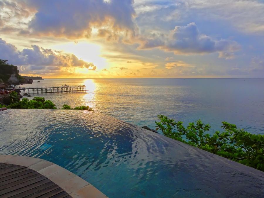 Piscina em resort localizado em Jimbaran (Bali)