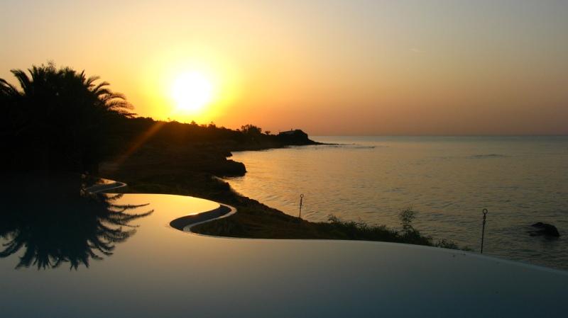 Piscina infinita beira mar na Sardenha