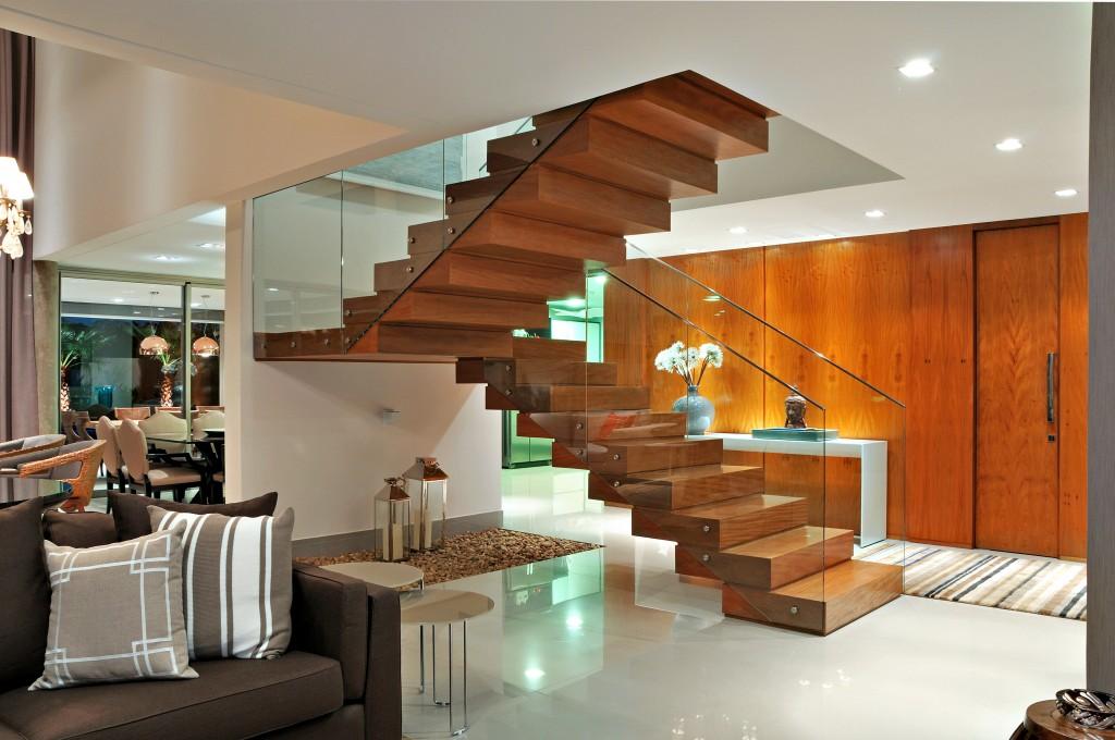 revestimento de madeira em escada de concreto