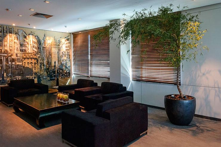 Escritório moderno decorado com mudas de bambu mossô