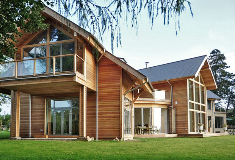 Casa feira em estrutura wood frame com acabamento em madeira