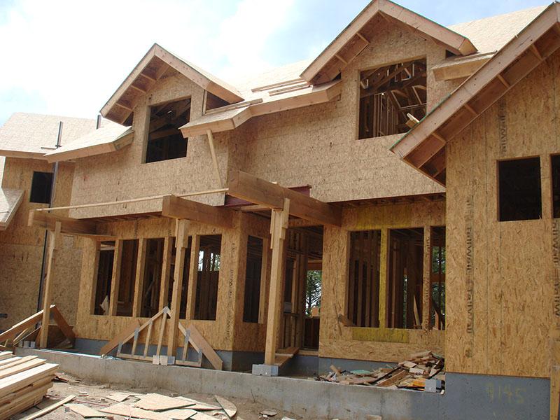 Casa em estrutura de madeira com a vedação em OSB aplicada