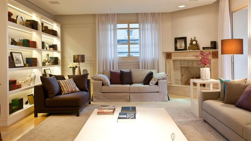 Decoração de sala de estar com prateleiras e lareira.