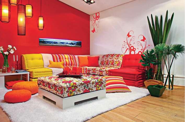 Decoração de sala com tons quentes, mesa de centro feita com reaproveitamento de pallets.