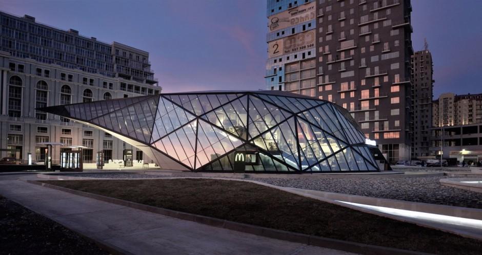 Fachada com pano de vidro m projeto comercial europeu.