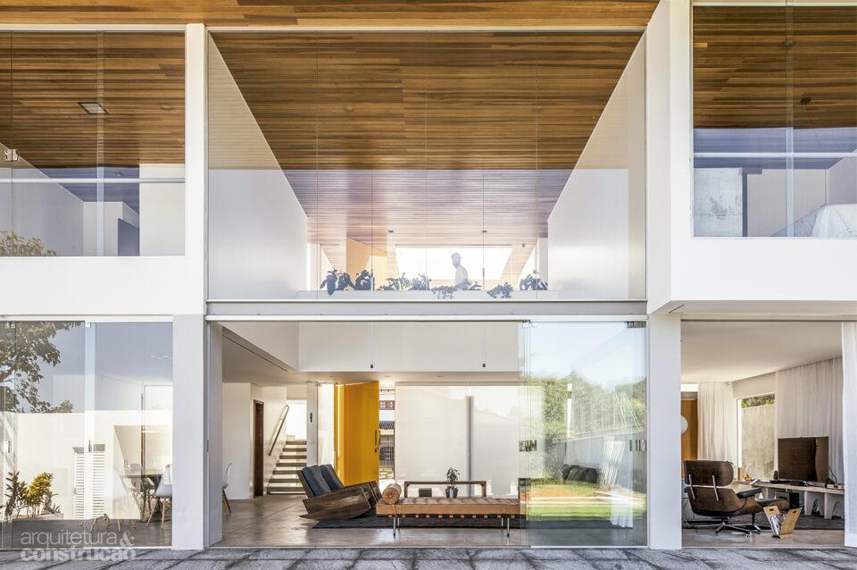 Grande fachada de vidro residencial - Um projeto arquitetônico que passa a sensação de amplidão e liberdade em residências.