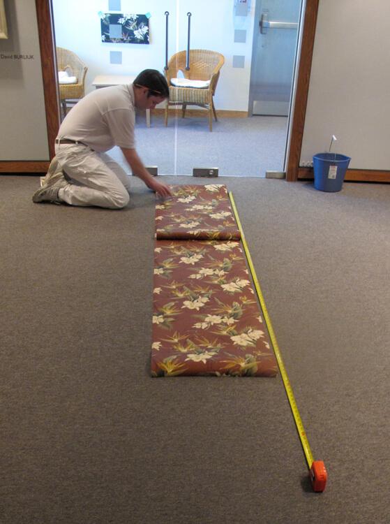 Usa uma régua para medir o tamanho correto do papel de parede, e lembre-se de conferir se as estampas encaixam