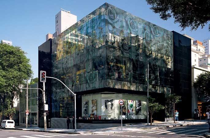 Projeto de prédio com fachada de vidro plotada em Porto Alegre, no sul do brasil.