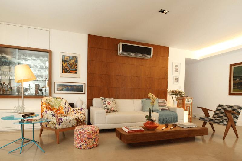 Painéis de madeira usados na decoração da sala de estar.