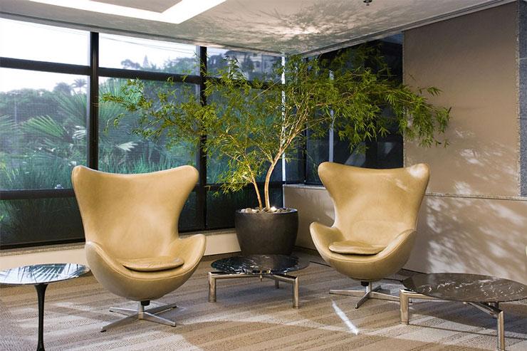 Sala de estar decorada combinando móveis modernos com bambu mossô