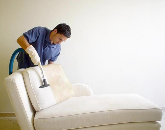 Aspirando um sofá - A poeria sai muito mais fácil se o estofado for impermeabilizado
