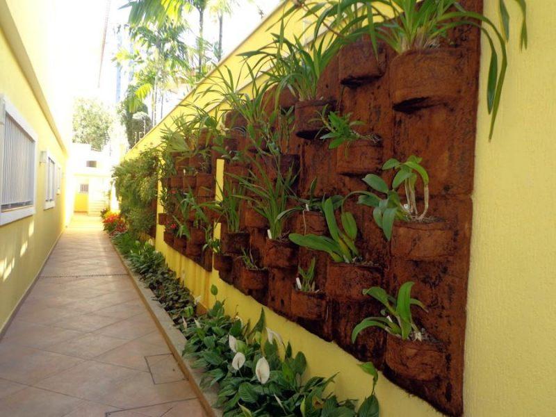 jardim vertical de placas de fibra de coco com nichos para plantar vegetação