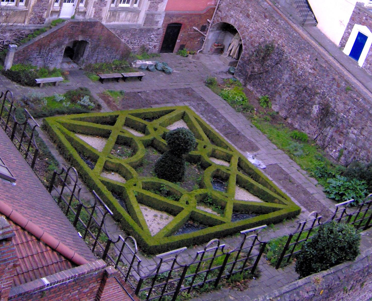 jardim do tipo Knot Garden, a origem é inglesa, mas a influência francesa fica clara