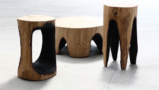 Banqueta e móveis de madeira queimada