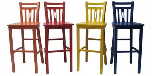 banquetas altas de madeira pintadas e coloridas
