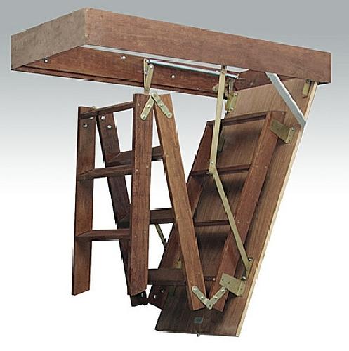 Escada retrátil para s[otão, feita em madeira